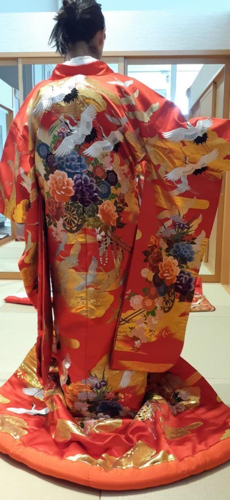 後ろの鶴が豪華な色打掛