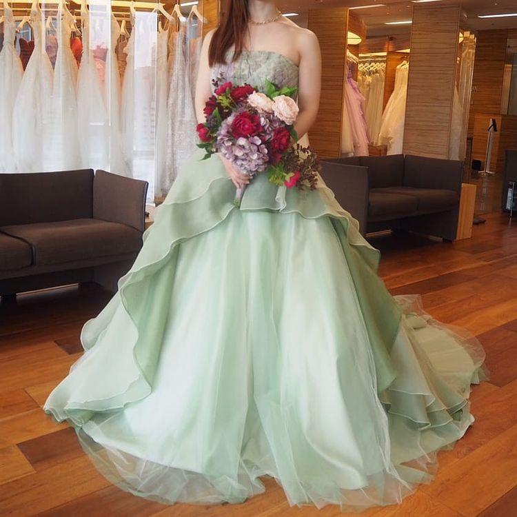 品のあるグリーンドレスです
