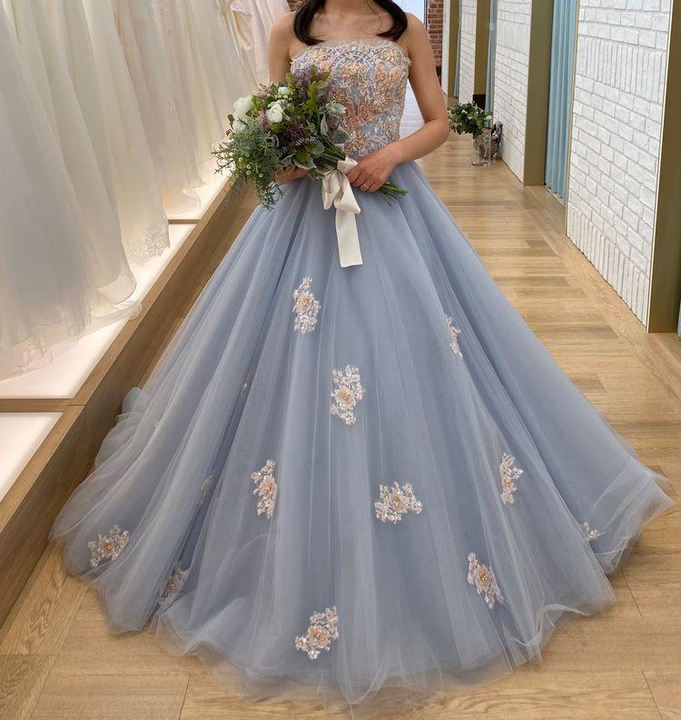 くすみブルーの可愛らしいドレス