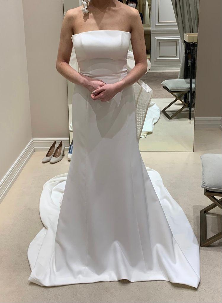 シンプルと大胆のバランスが絶妙なドレス