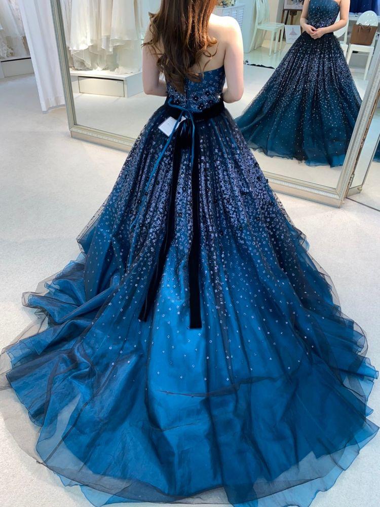 暗めのブルーで大人花嫁を演出