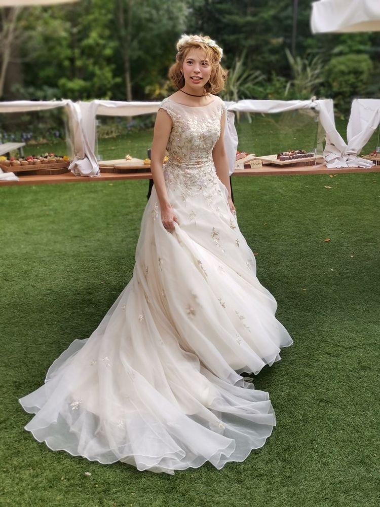 花の刺繍が鮮やかなインポートドレスです。