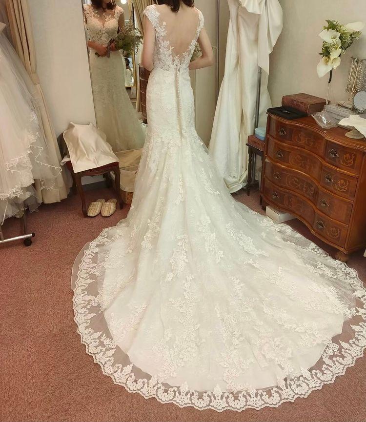 繊細な総刺繍のドレス