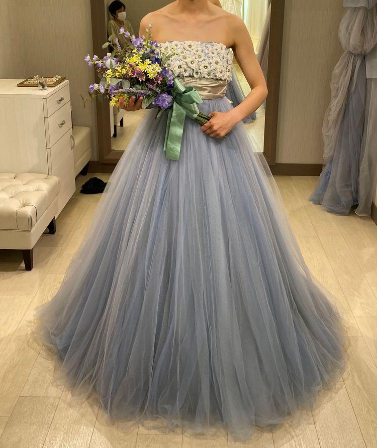 胸元のお花とブルーグレーが可愛いドレス