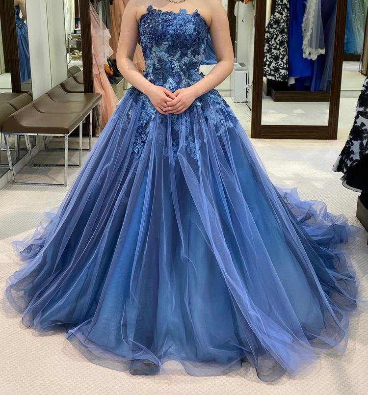 鮮やかなブルーのドレス
