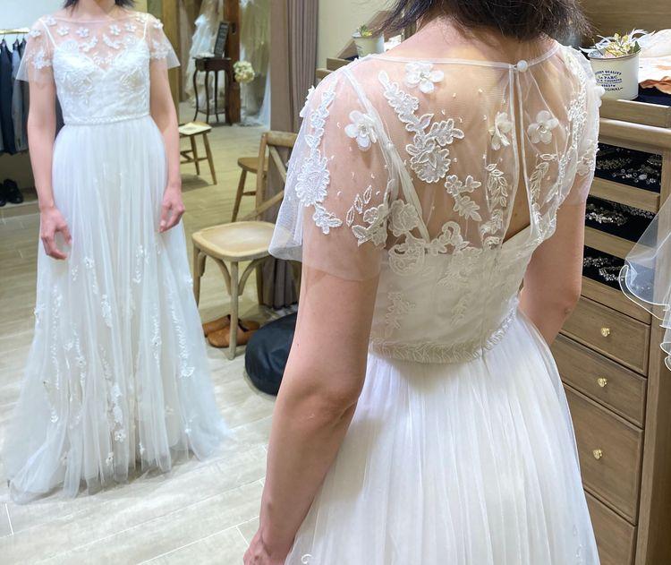 刺繍が鮮やかなスレンダードレスです。
