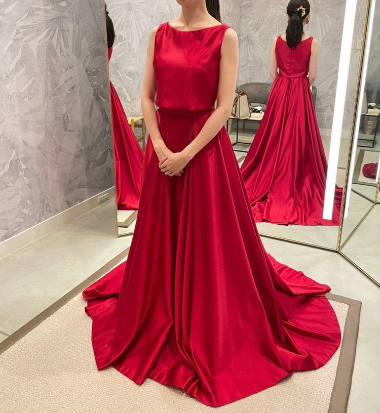 鮮やかな赤色が華やかなドレス