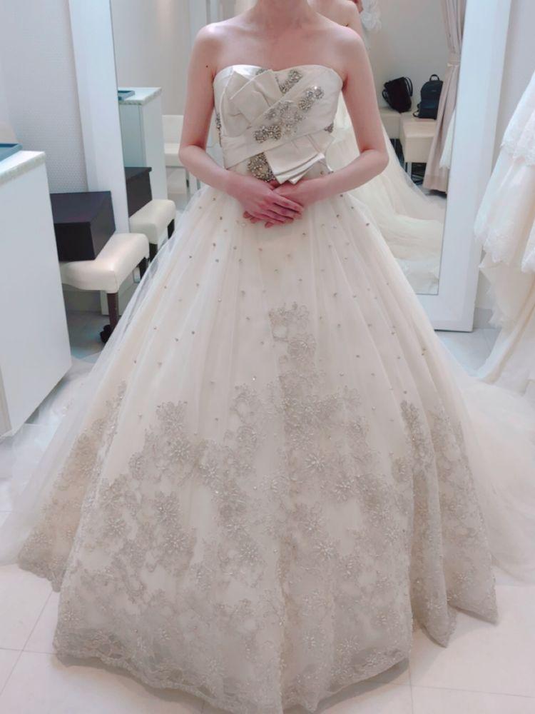 裾の刺繍の可愛いドレス