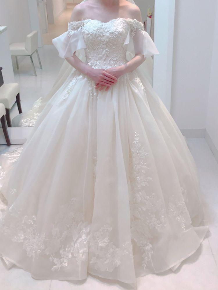オフショルのプリンセスラインのドレス