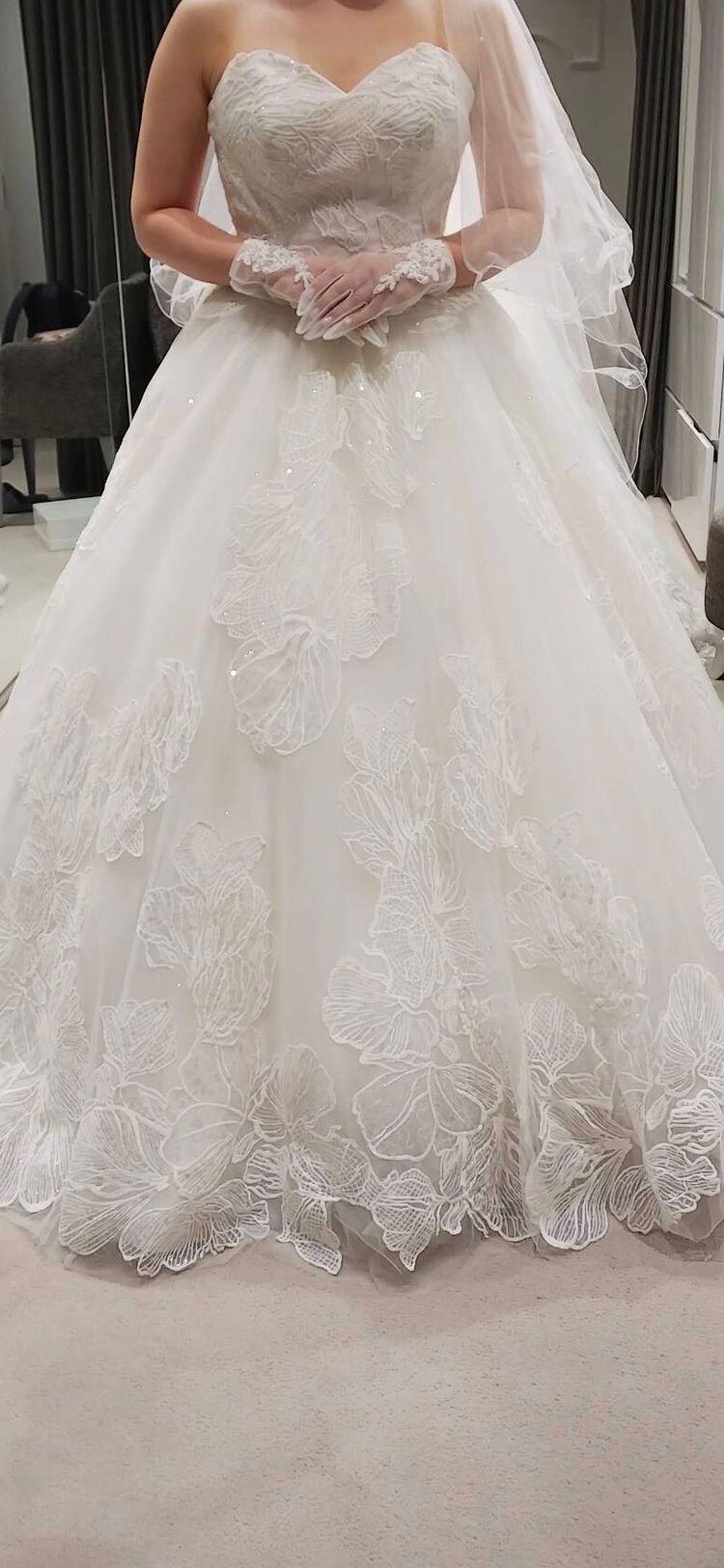 お花の刺繍が豪華なドレス