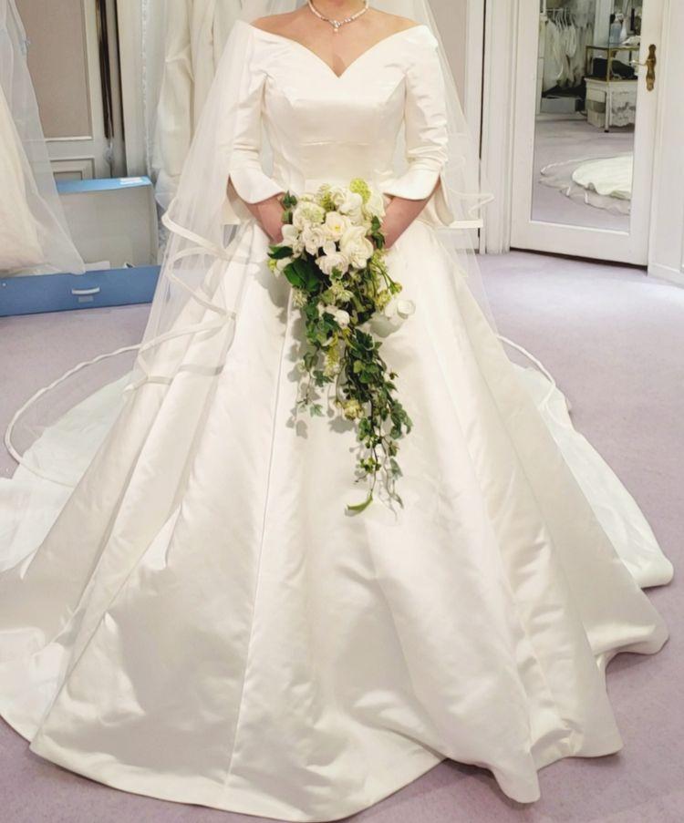 シンプルかつクラシカルで上品なドレス