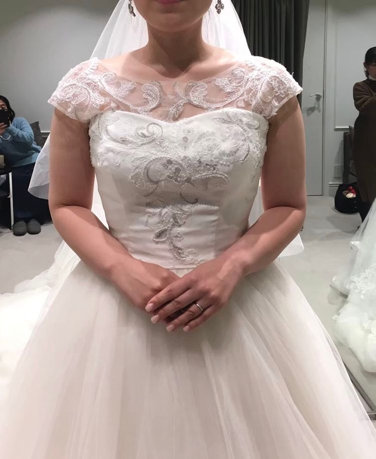 刺繍が素敵なパフスリーブドレス