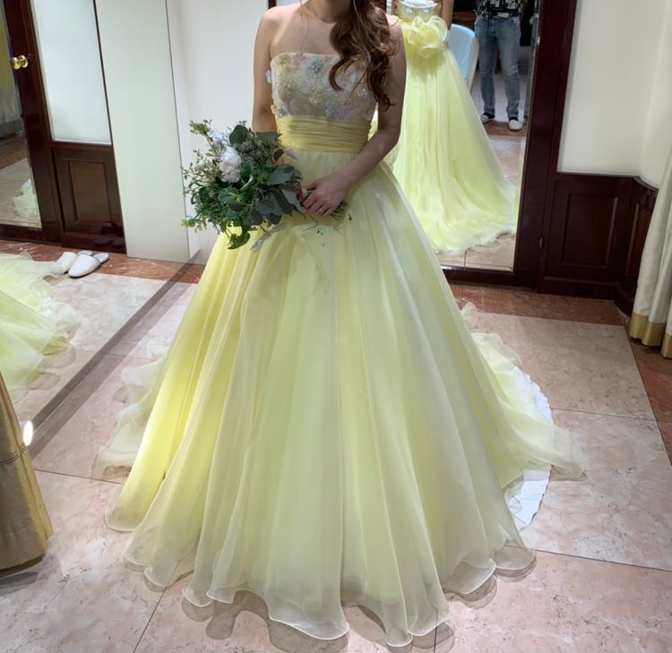 淡い黄色のドレスで可愛らしさアップ