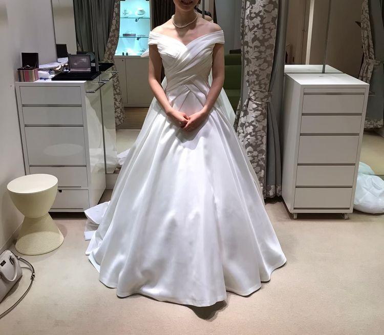 高貴なミカドシルクのオフショルダードレス