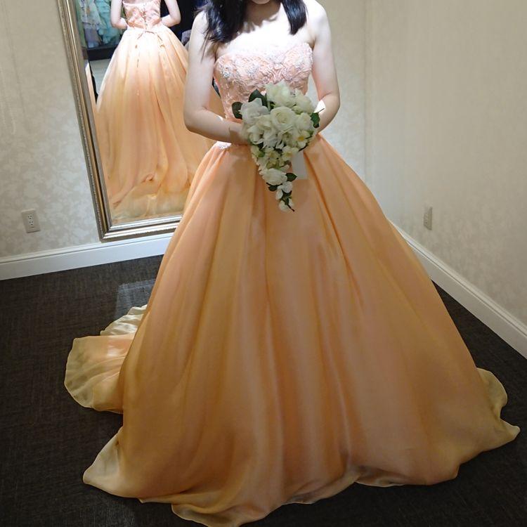 肌馴染みのよいコーラルオレンジのドレス