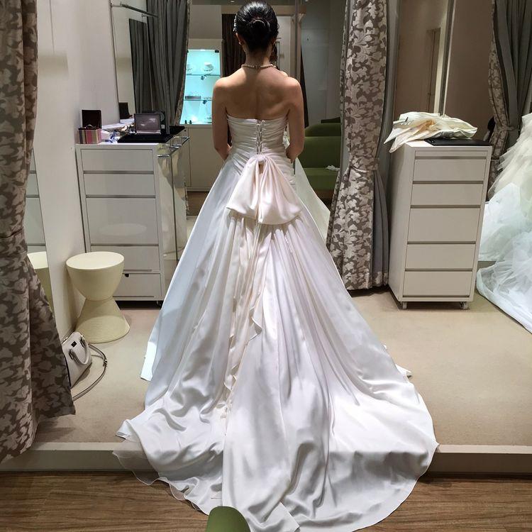 ウエストから流れるラインが上品なドレス