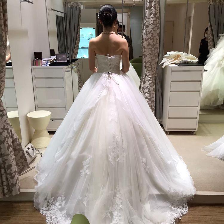 バックスタイルのチュールが繊細で美しいドレス