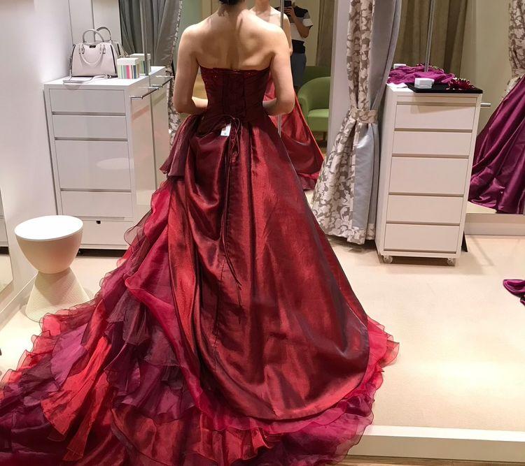 デザイン性抜群!豪華で気品漂う赤色ドレス