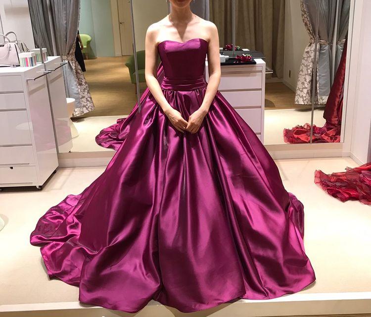 ありそうでなかなかないグレープ色のシンプルなドレス