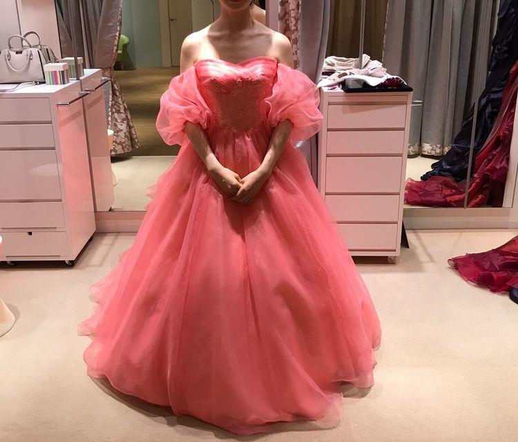幸せピンク色のハートカットドレス