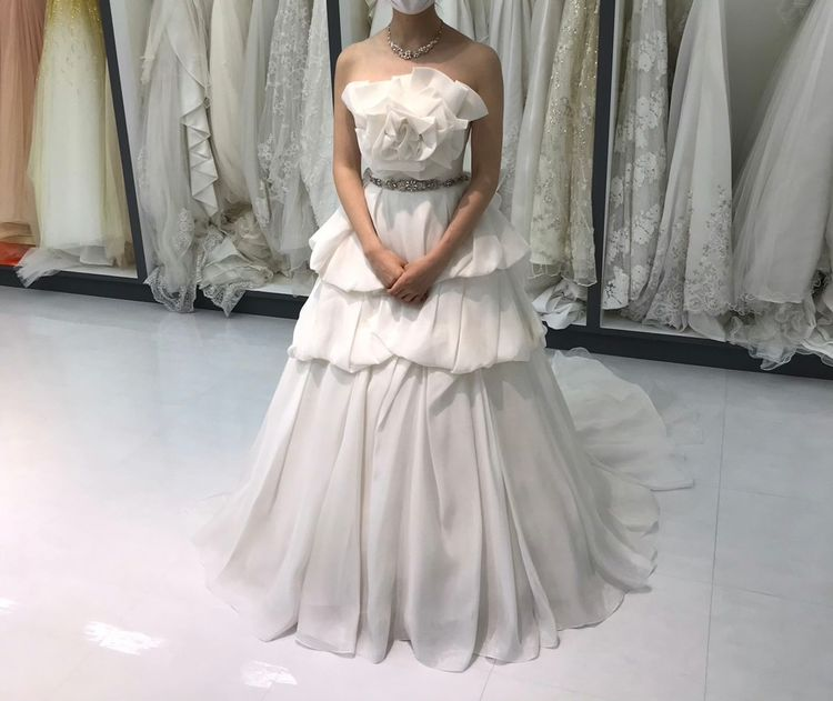 胸元のお花が可愛らしいウェディングドレス