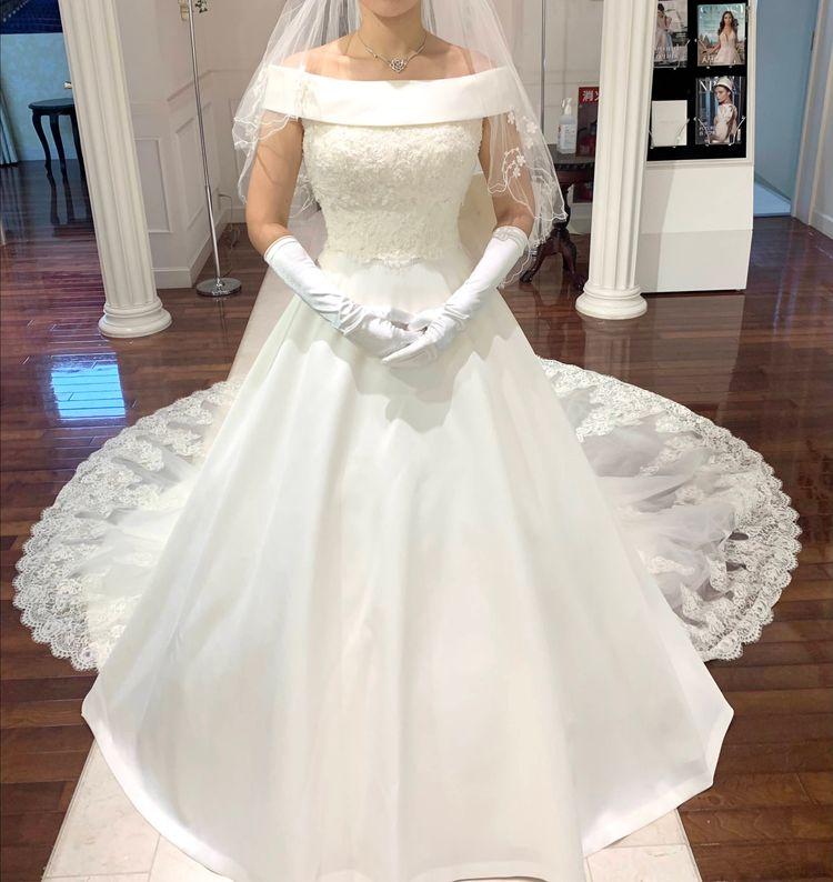 生地感の美しい軽やかなクラシカルドレス