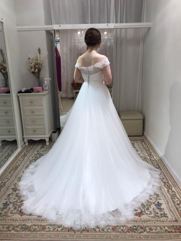 シンプルなレースのドレス