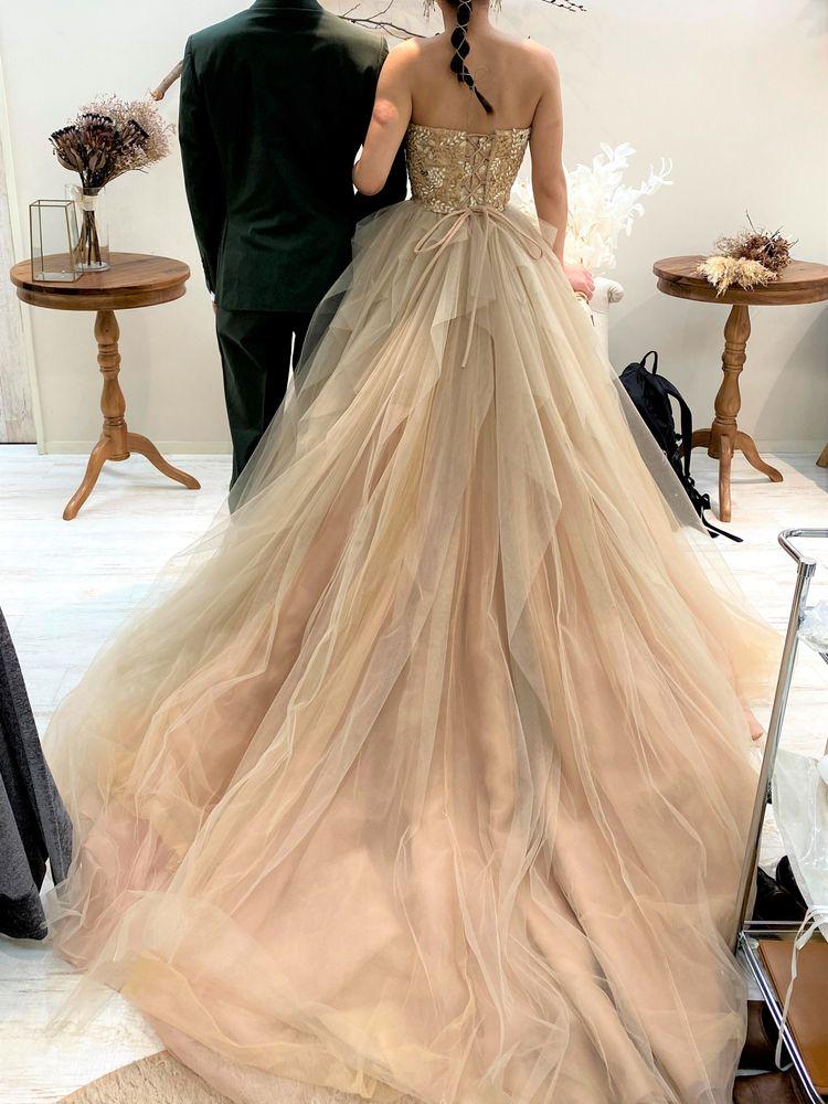 ボリュームたっぷりで可愛いヌーディーカラーのドレス