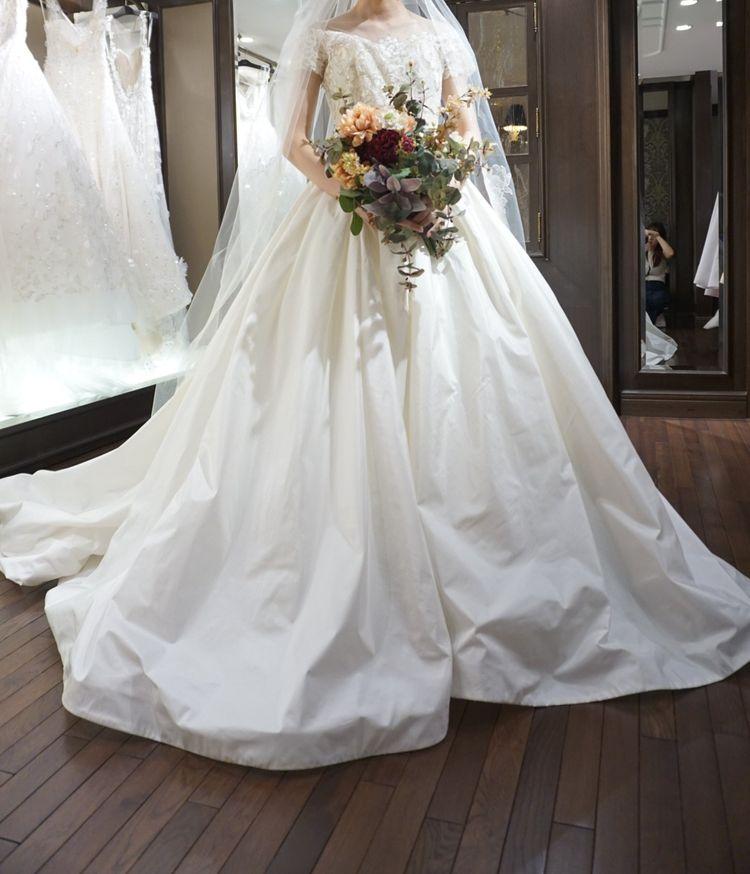 スカート部分にハリのあるドレス