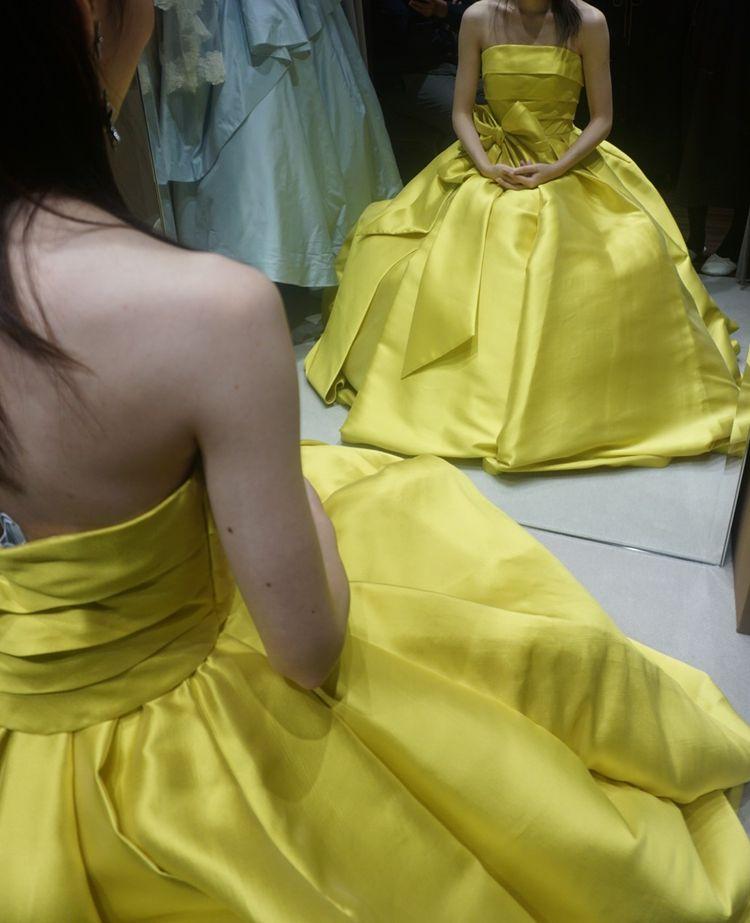 ハッキリした黄色のドレス