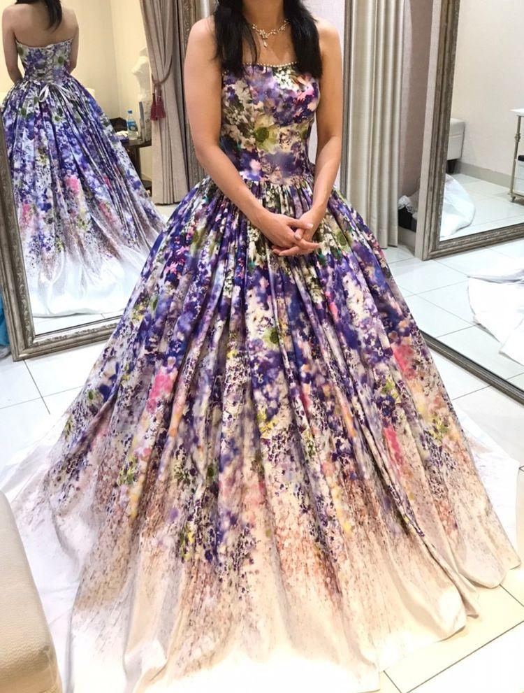 パッと目を引く派手目 蜷川実花の花柄ドレス