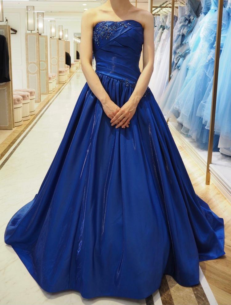 ブルーのサテンドレス