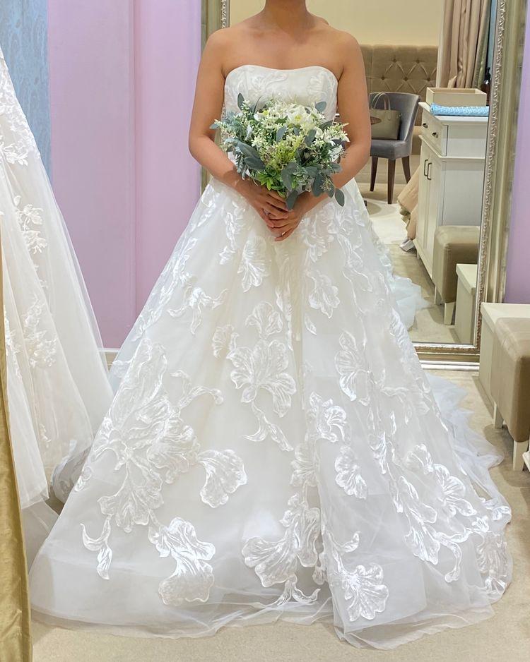 大きな刺繍がおしゃれなドレス