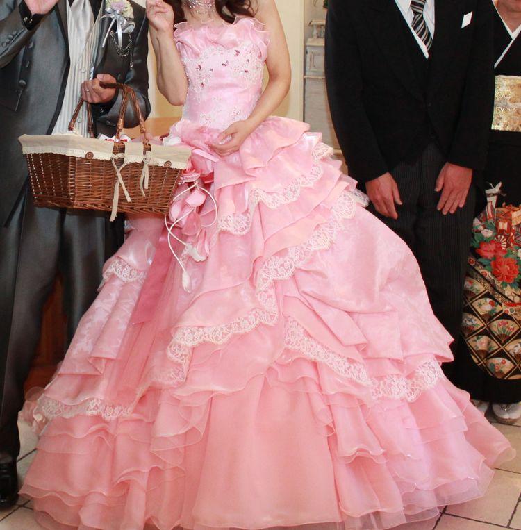 ピンク色の、レースがかわいいドレスです