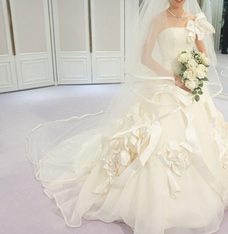 リボンのついたゴージャスでかわいいドレス