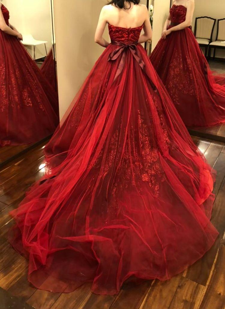 落ち着いた色味が素敵なドレス