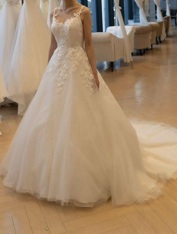 やや可愛らしい印象のあるクラシカルなドレス