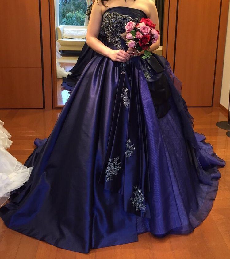 胸元が華やかなネイビーのドレス