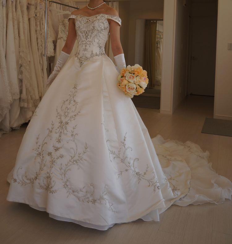 刺繍が豪華なドレスです