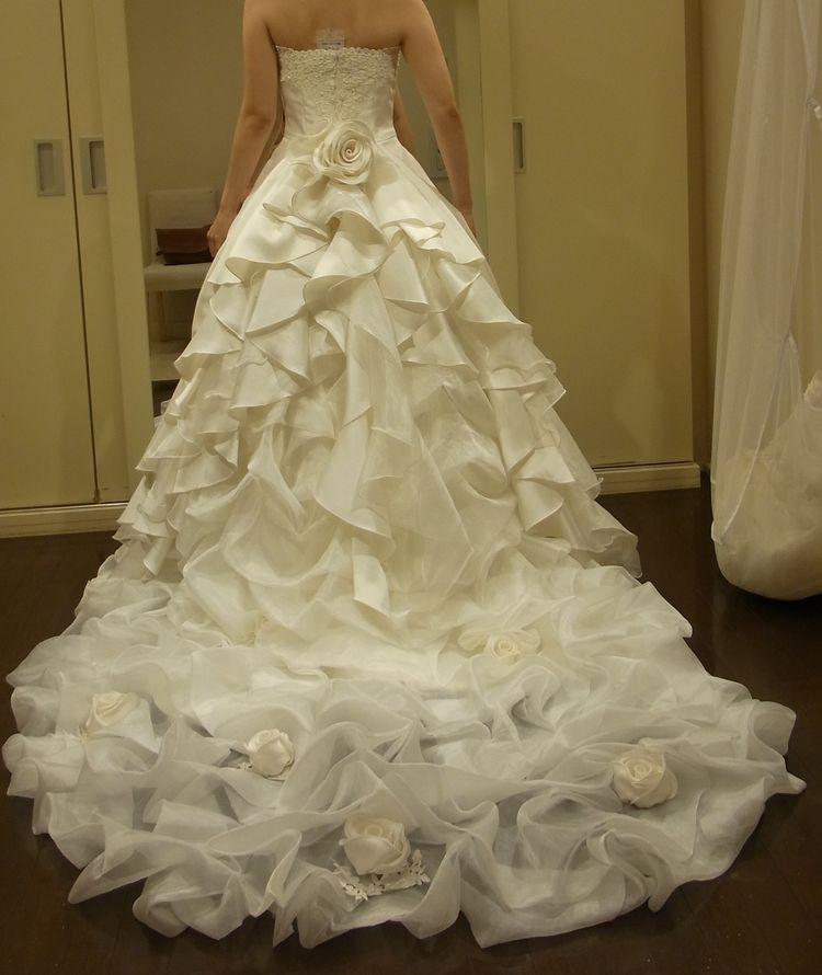 ドレスの後ろ裾を2パターン付け替え可能なウエディングドレス