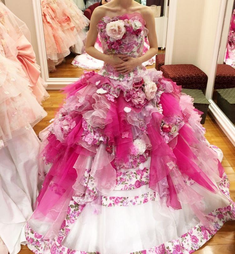 花柄プリントとお花コサージュのドレス