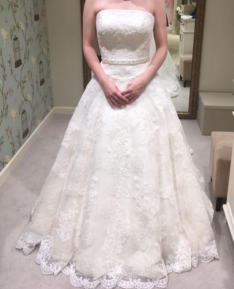 Aラインの刺繍入ドレス