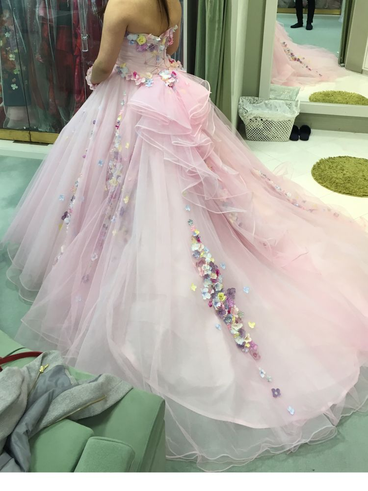 淡いピンクにカラフルなお花がはえるドレス!