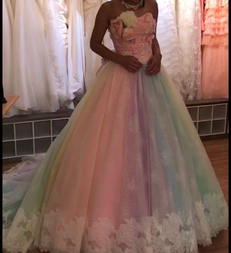 レインボーの色鮮やかなドレス