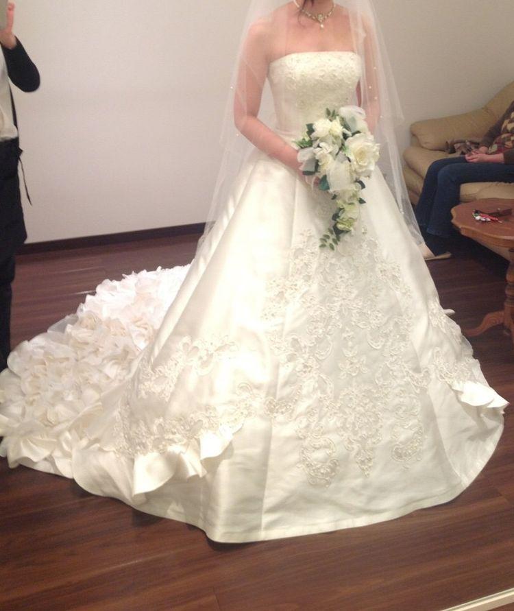 サテン生地の白ドレス
