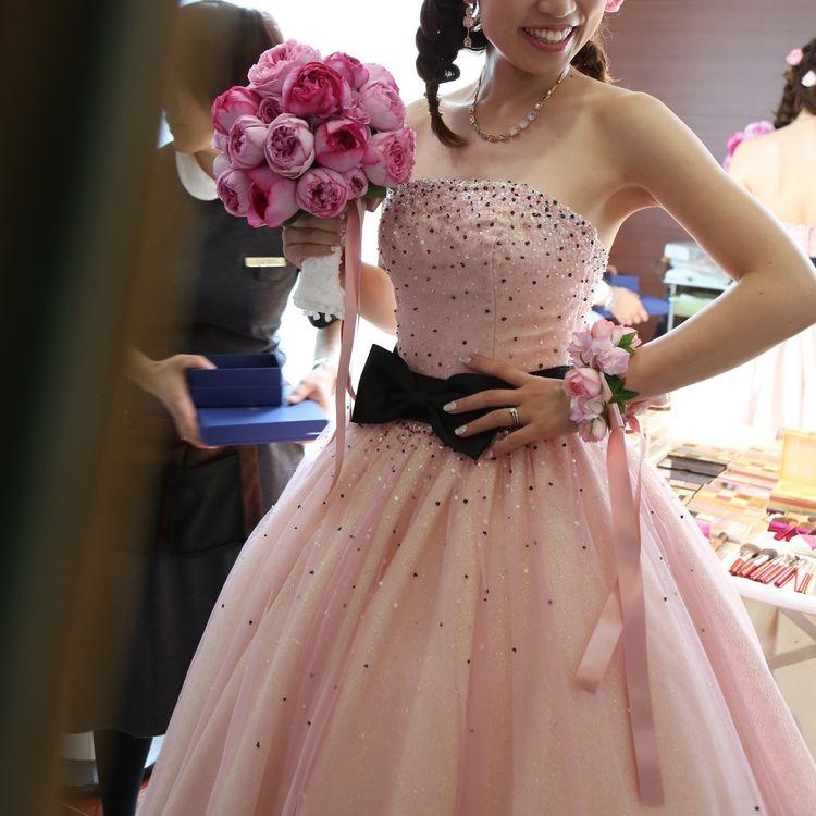 大好きなピンクでドレスもブーケもコーディネート。
