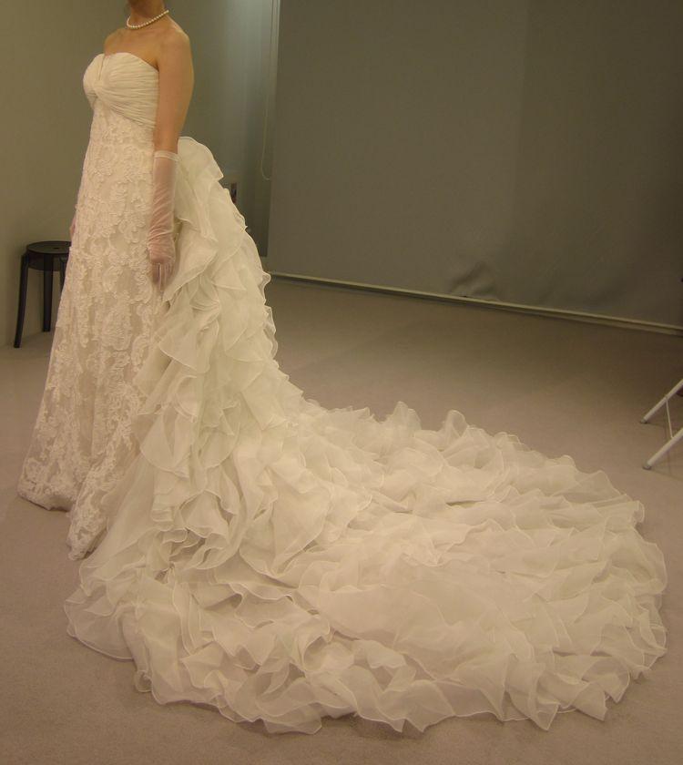 前後で雰囲気の変わるデザインのドレス