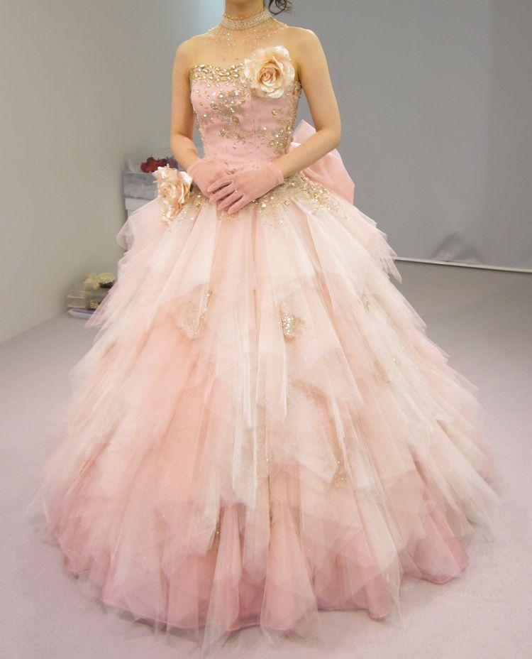 ピンク色の女性らしい可愛いドレス