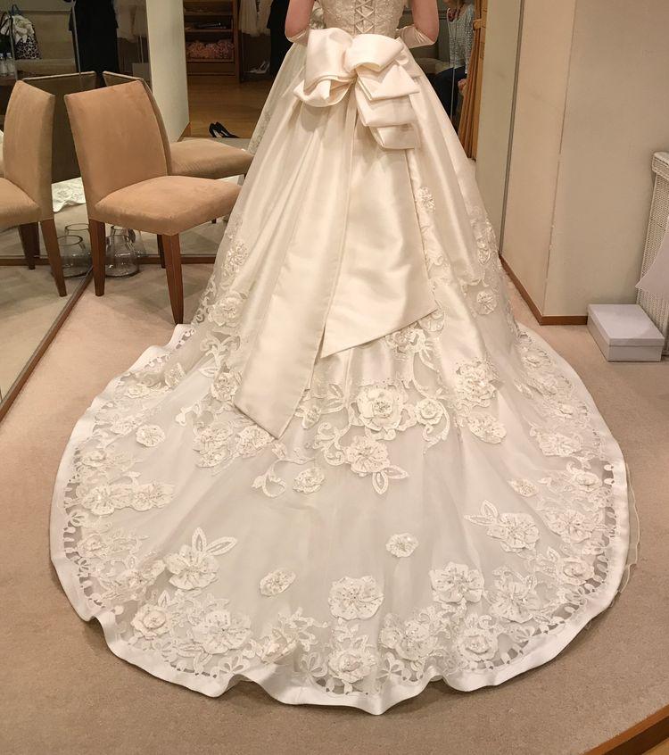 キラキラスワロフスキーのバラが美しいウェディングドレス