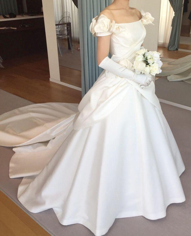 肩に咲くローズが美しい、クラシカルなドレス